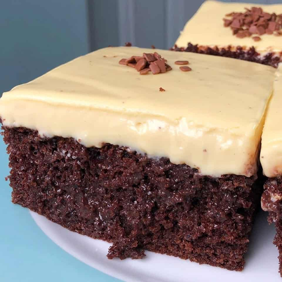 Bolo de chocolate com mousse de maracujá
