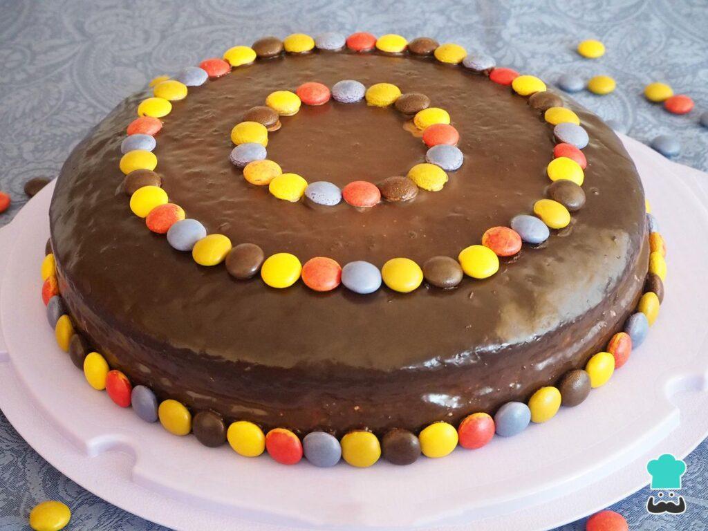 Bolo de chocolate recheado para aniversário infantil