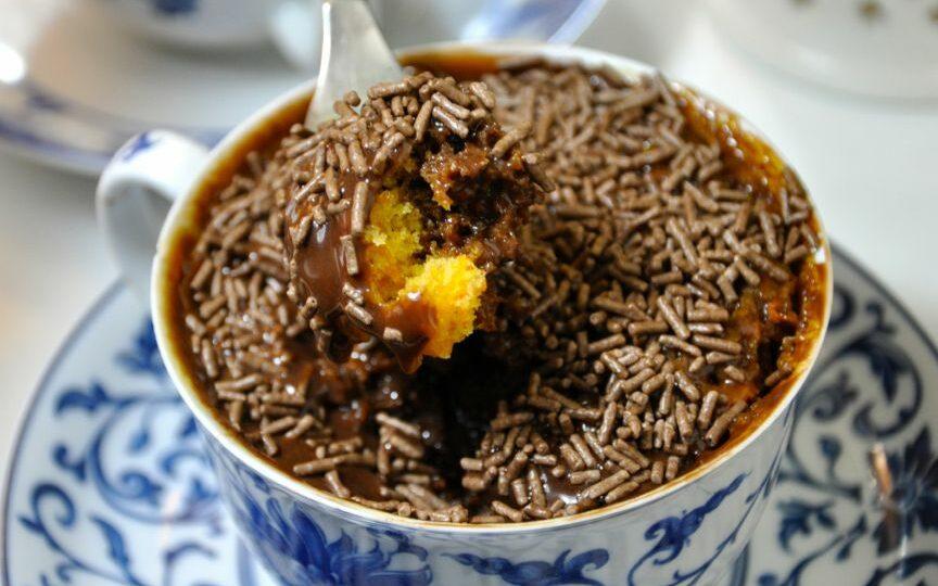 Receita de bolo de cenoura com cobertura de chocolate de caneca