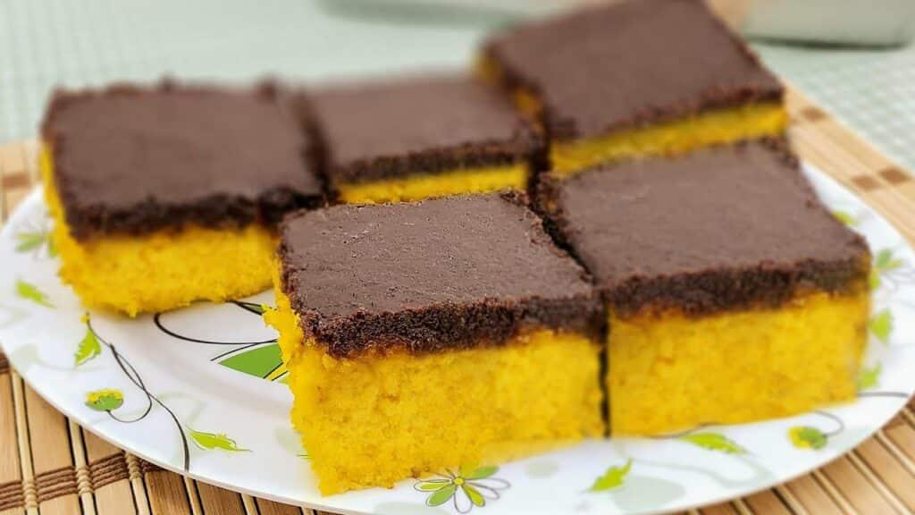 Receita de bolo de cenoura com cobertura crocante de chocolate